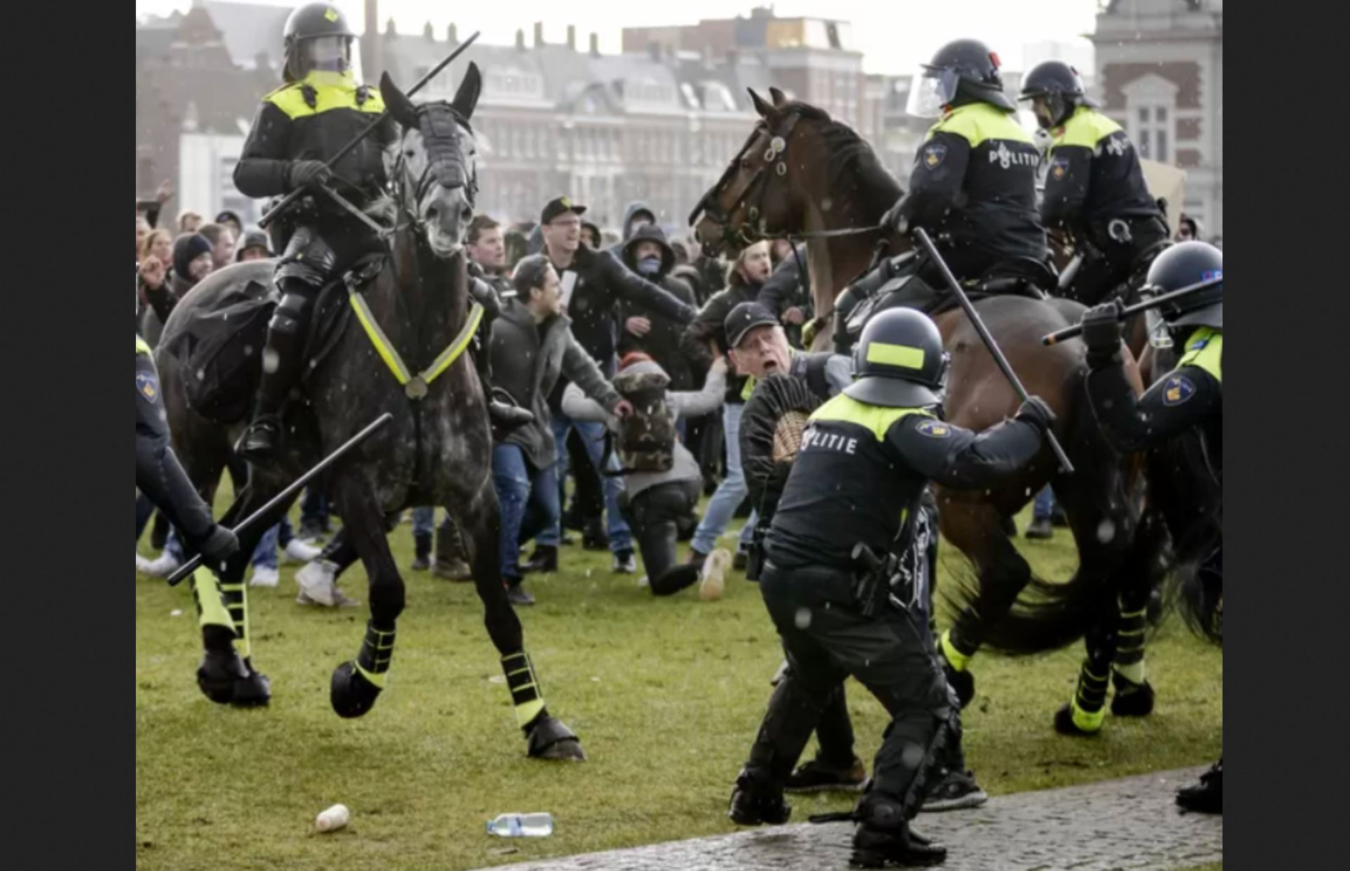 """1000s Denounce COVID Lockdown In Amsterdam As Chaos Unfolds At """"Unauthorized"""" Gathering"""