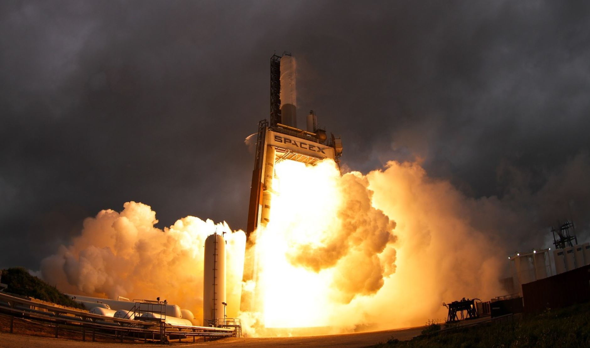 Billionaires Enraged That SpaceX Gets $900M in FCC Subsidies for Broadband Satellites